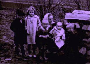 Victoria (centro) y cinco de sus hijos: (de izquierda a derecha) Barbara, Stasia, Vladek, Antos y Franus